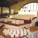 Colacao de grau - Arquibancada com formandos, mesa de autoridades e cadeira para professores
