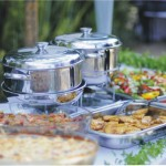Mesa de banquete com Rechauds, Lazanheira e bandeja de salada
