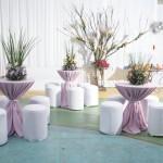 Puffs e mesas de boate com toalha e laco decorativo