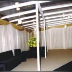 Tenda de cristal com cortinas, carpete no piso e sofas modulares