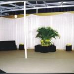 Tenda de cristal com cortinas, carpete no piso, puffs e sofas modulares