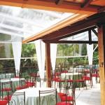 Tenda de cristal e mesas de convidados