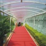 Tunel com cobertura cristal e carpete no piso 01