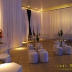 Lounge com mesas e puffs de boate